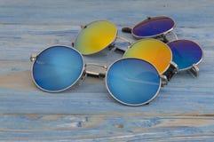 Kulör solglasögon på en träbakgrund Royaltyfria Bilder