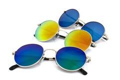 Kulör solglasögon på en vit bakgrund Royaltyfria Foton