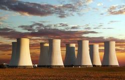 Kulör solnedgångsikt för afton av kärnkraftverket Arkivbilder
