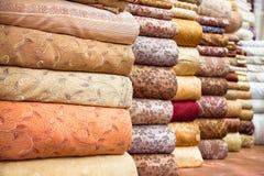 Kulör textil i en traditionell östlig basar, Iran Arkivfoton