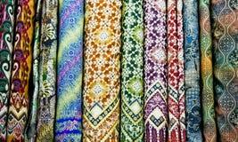 Kulör textil i en traditionell östlig basar, Yogyakarta på Java arkivbild