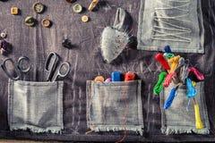 Kulör tråd, sax och knappar i den matta skräddaren Arkivbild