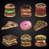Kulör uppsättning av krita som dras 9 olika snabbmatsymboler på den svarta svart tavlan: munk pizza, hamburgare, taco, smörgås Arkivfoto