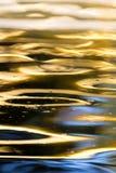 Kulör yttersida av vattnet som en bakgrund Royaltyfri Foto