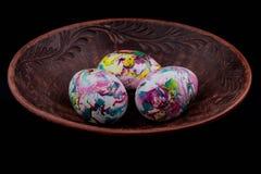Kulöra ägg för påsk på en plätera Royaltyfri Bild