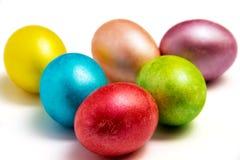Kulöra ägg för påsk på vit bacground Arkivfoto