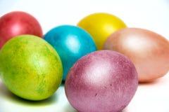 Kulöra ägg för påsk på vit bacground Fotografering för Bildbyråer