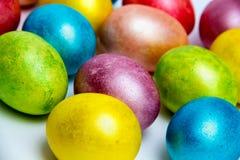 Kulöra ägg för påsk på vit bacground Arkivfoton