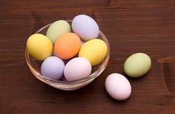 Kulöra ägg på bunken över trä royaltyfri fotografi