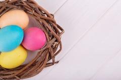 Kulöra ägg som tjänas som till tabellen Fotografering för Bildbyråer