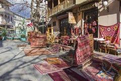 Kulöra antika handgjorda mattor som ställs ut i den gamla Tbilisi gatan Royaltyfria Foton