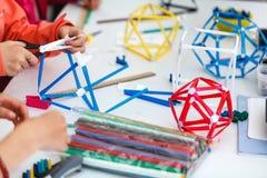 Kulöra askar med pappers- remsor, uppfinningar och kreativitet för c arkivfoto