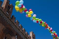 Kulöra ballonger i en klar blå himmel Arkivfoto