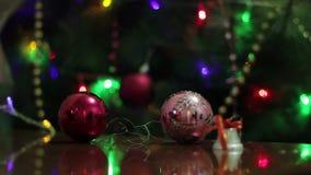 Kulöra ballonger på bakgrunden av julljus lager videofilmer