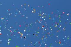 Kulöra ballonger på en blå himmel Arkivfoto