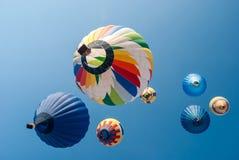 Kulöra ballonger på en himmel Arkivbild