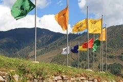 Kulöra baner installerades framme av en tempel (Bhutan) royaltyfria foton