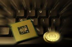 Kulöra Bitcoin Cryptocurrency på datortangentbordet och CPU Royaltyfri Bild