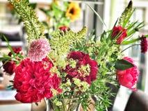 Kulöra blommor i blomma för vas royaltyfri fotografi