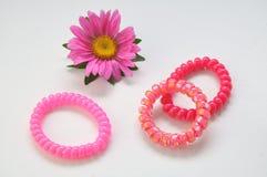 Kulöra blommor och armband Royaltyfria Foton