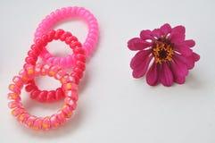 Kulöra blommor och armband Royaltyfria Bilder