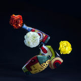 kulöra blommor som får att sväva vases Arkivfoton