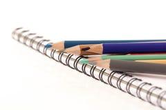 Kulöra blyertspennafärgpennor Arkivbild