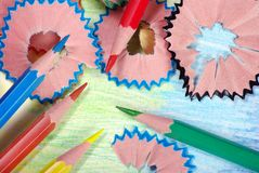 kulöra blyertspennashavings blyertspennor på en regnbågebakgrund Färger av regnbågen royaltyfri fotografi
