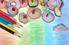 kulöra blyertspennashavings blyertspennor på en regnbågebakgrund Färger av regnbågen arkivbilder