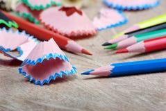 kulöra blyertspennashavings arkivfoto