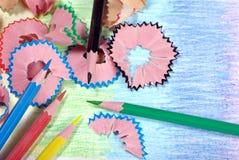 kulöra blyertspennashavings Top beskådar Kopieringsutrymmen Färger av regnbågen arkivfoton