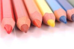kulöra blyertspennor arkivbild