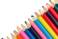 Kulöra blyertspennor diagonalt på en vit bakgrund royaltyfria bilder