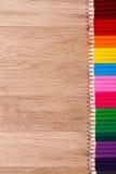 Kulöra blyertspennor färgade blyertspennor på trätabellclousen-up Royaltyfria Foton