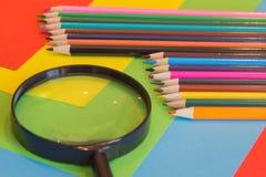 kulöra blyertspennor Färgade blyertspennor för textur trä Arkivbilder