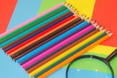 kulöra blyertspennor Färgade blyertspennor för textur trä Arkivfoton