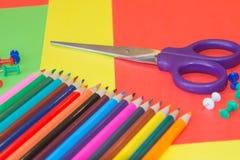 kulöra blyertspennor Färgade blyertspennor för textur trä Royaltyfria Bilder