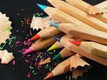 kulöra blyertspennor för bakgrundsblack Arkivbilder