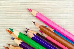 Kulöra blyertspennor i det högra hörnet Fotografering för Bildbyråer