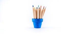 Kulöra blyertspennor i en blomkruka på vit bakgrund Royaltyfri Fotografi