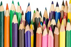 Kulöra blyertspennor i en rak rad arkivbild