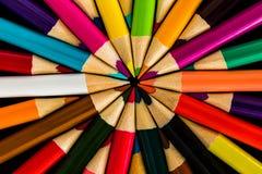 Kulöra blyertspennor i ett symmetriskt modellabstrakt begrepp Royaltyfria Bilder
