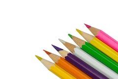 Kulöra blyertspennor i hörnet på vit bakgrund Arkivbilder