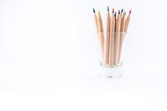 Kulöra blyertspennor i lite exponeringsglas Arkivbild