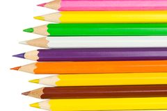 Kulöra blyertspennor i rad på rätten arkivfoton