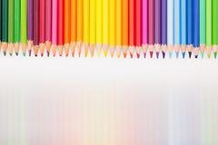 Kulöra blyertspennor i regnbågebeställning på vit bakgrund Arkivfoton