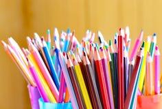 Kulöra blyertspennor i studion för konstnär` s Arkivfoto
