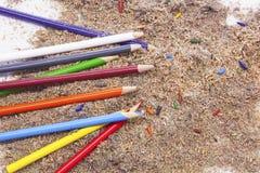 Kulöra blyertspennor med brutna spetsar och blyertspennaShavings royaltyfria foton