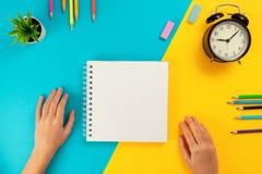 Kulöra blyertspennor, notepad som ett begrepp av att lära arkivfoton