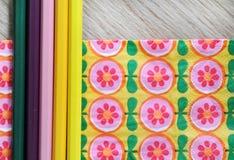 Kulöra blyertspennor och blom- bakgrund Royaltyfri Bild